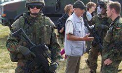 Soldat demonstriert Teile der IdZ-Ausrüstung. | Bild (Ausschnitt): © KrisfromGermany [Gemeinfrei] - Wikimedia Commons