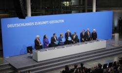 Unterzeichnung des Koalitionsvertrags der 18. Legislaturperiode von CDU/CSU und SPD im Dezember 2013. | Bild (Ausschnitt): © Martin Rulsch [CC-by-sa 4.0] - Wikimedia Commons