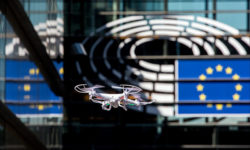Drohne vor dem EU-Parlament in Straßburg | Bild (Ausschnitt): © European Parliament [CC BY-NC-ND 2.0] - Flickr