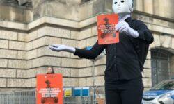 Abgeordnete des Deutschen Bundestages werden aufgefordert, Killer Robotern die rote Karte zu zeigen. | Bild (Ausschnitt): © Kampagne Stop Killer Robots in Deutschland