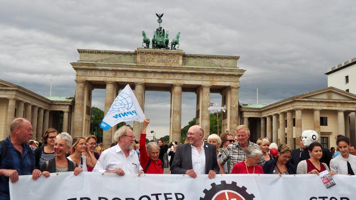 Aufruf gegen autonome Waffensysteme am Brandenburger Tor am 24.08.18.   Bild (Ausschnitt): © Facing Finance